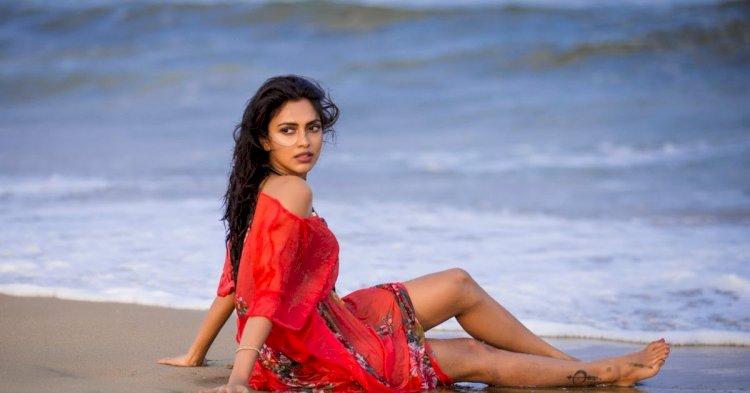 கட்டிப்பிடித்து ரொமான்ஸில் மூழ்கிய நடிகை அமலா பால்!