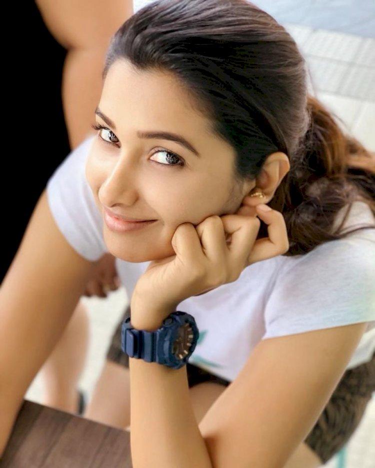 நடிகை ப்ரியா பவானி ஷங்கரிடம் சில்மிஷம் செய்த குரங்குகள்!
