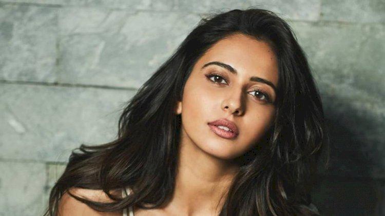 தன்னை விட 22 வயது அதிகமான நடிகருடன் படுக்கையறை காட்சியில் கிளாமராக நடித்த ராகுல் ப்ரீத் சிங்!